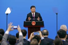 一帯一路首脳会議の閉幕後に記者会見する習近平国家主席(27日、北京)=AP