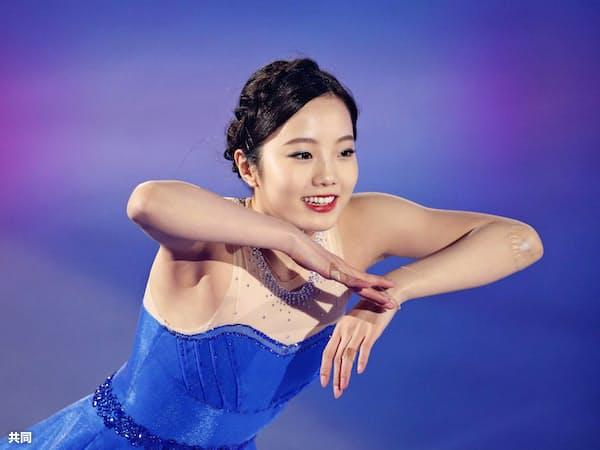 アイスショーで演技する本田真凜(27日、新横浜スケートセンター)=共同