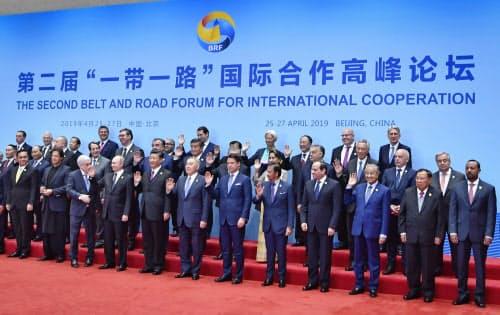 「一帯一路」をテーマにした国際会議の最終日、記念撮影する各国首脳ら=27日、北京(ベルナマ通信提供・共同)
