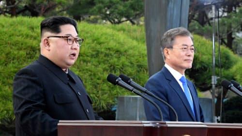 首脳会談後に記者会見する韓国の文在寅大統領(右)と北朝鮮の金正恩委員長(2018年4月、板門店)=韓国大統領府提供