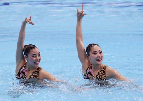 デュエット・テクニカルルーティン 乾(左)、吉田組の演技(27日、東京辰巳国際水泳場)=共同