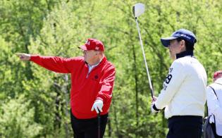 27日、米ワシントン郊外でゴルフをする安倍晋三首相とトランプ大統領=内閣広報室提供