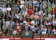 トランプ米大統領は次回選挙で重視する中西部ウィスコンシンで演説した(27日、グリーンベイ)=AP。