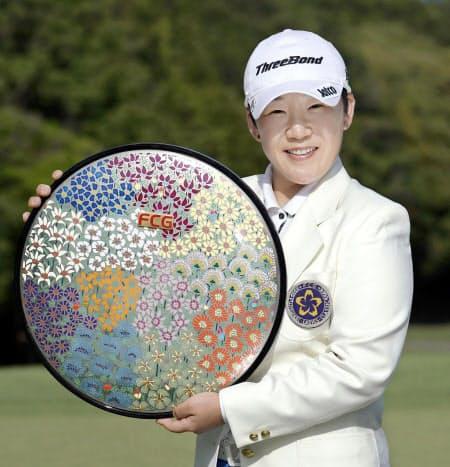 通算8アンダーで逆転優勝し、笑顔の申ジエ(28日、川奈ホテルGC富士)=共同