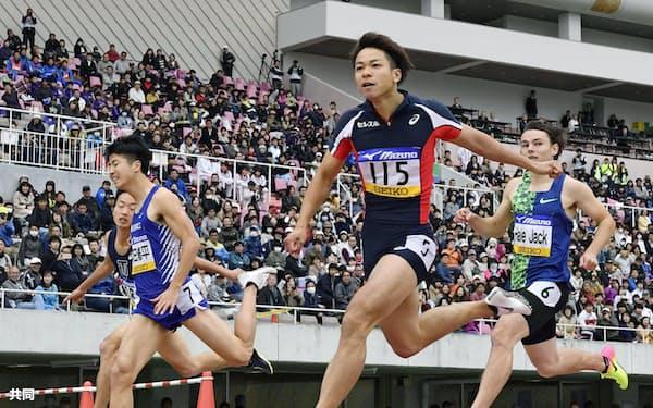 男子100メートル決勝 10秒19で優勝した白石黄良々(手前)。左から2人目は2位の多田修平(28日、エディオンスタジアム広島)=共同