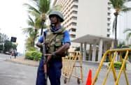 27日、スリランカ最大都市コロンボでテロ続発を警戒する治安部隊=ロイター