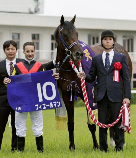 春の天皇賞を制したフィエールマンとクリストフ・ルメール騎手=左から2人目(28日、京都競馬場)=共同