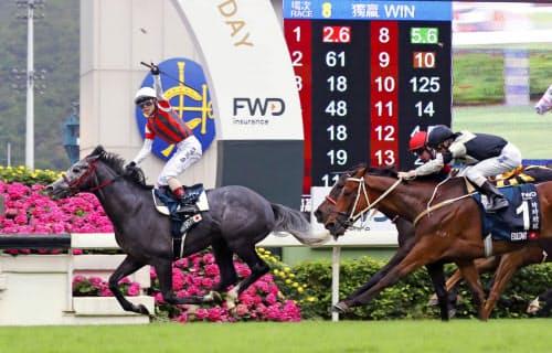 香港競馬のクイーンエリザベス2世カップで優勝したウインブライト(左)。右奥は3着のリスグラシュー(28日、シャティン競馬場)=共同