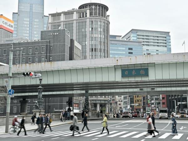 日本橋では首都高の地下化と連動して超高層ビルを建設する再開発が進む
