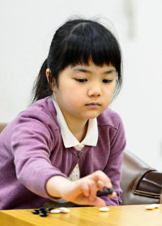 囲碁の若竹杯の1回戦で、種村小百合二段と対局する仲邑菫初段(28日、大阪市内)=共同
