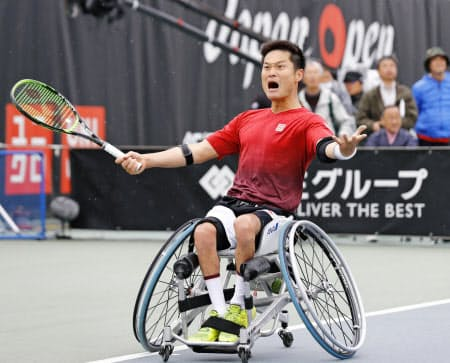 男子シングルスで優勝し、雄たけびを上げる国枝慎吾(28日、飯塚)=共同