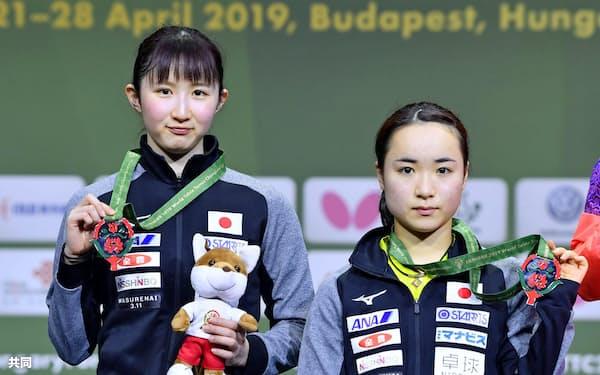 女子ダブルスで準優勝し、銀メダルを手にする伊藤(右)、早田組(28日、ブダペスト)=共同
