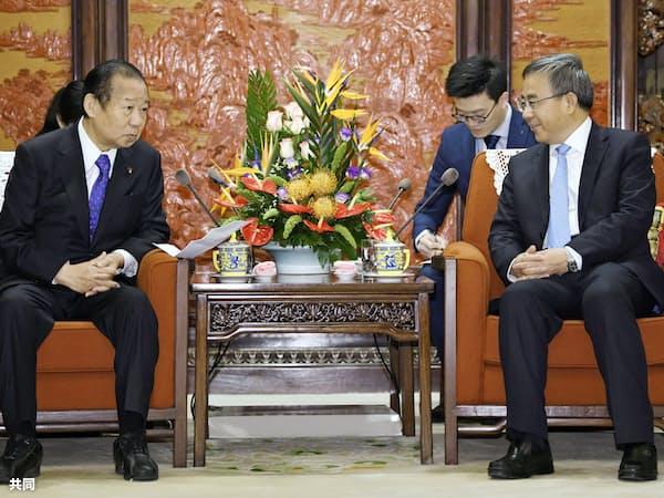 中国の胡春華副首相(右)と会談する自民党の二階幹事長(28日、北京の中南海)=共同