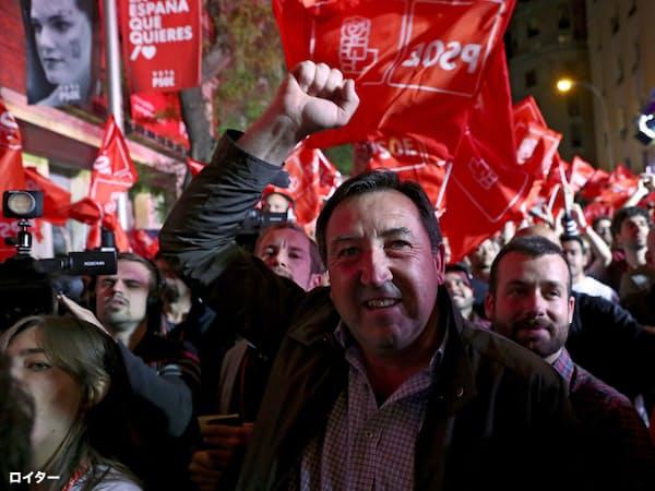 与党・社会労働党の支持者は第1党になったことを喜ぶが、過半数には遠く及ばない(28日、マドリード)=ロイター