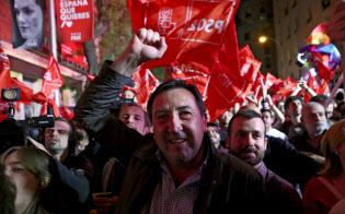 与党?社会労働党の支持者は第1党になったことを喜ぶが、過半数には遠く及?#32918;勝ぃ?8日、マドリード)=ロイター