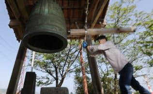 鐘をつき、街に時を告げる(宮崎県延岡市)=沢井慎也撮影
