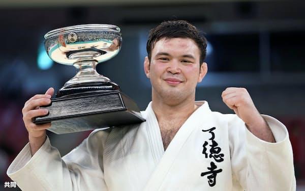 平成最後の柔道全日本選手権で優勝し、天皇杯を手にするウルフ・アロン(29日、東京都千代田区の日本武道館)=共同