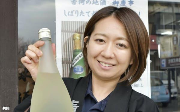 20代の若手だけで造った「三代目 二才の醸」を手にする青木知佐さん(8日、茨城県古河市)=共同