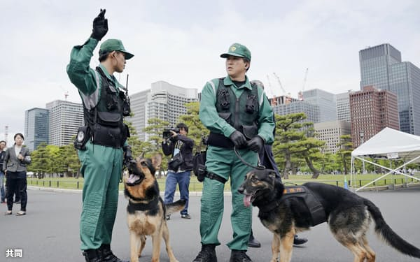 皇居周辺で不審物の捜索をする警視庁の警備犬(29日午後)=共同