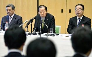 北京で29日に記者会見する自民党の二階幹事長(中央)=共同