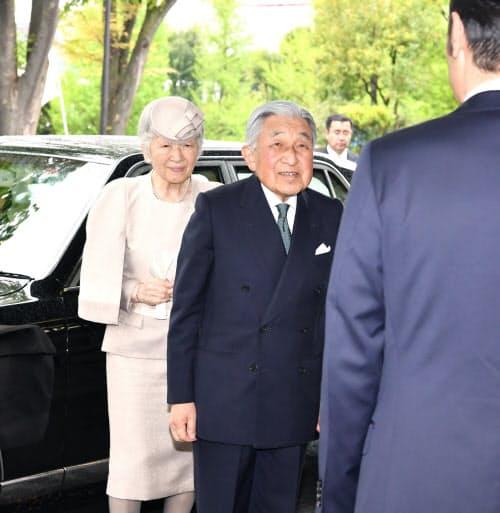 「みどりの式典」の会場に到着した天皇、皇后両陛下(26日、東京都千代田区の憲政記念館)