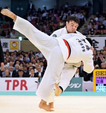 全日本選手権決勝で加藤(手前)を破り優勝したウルフ=共同