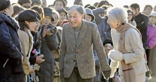 葉山御用邸近くを散策し、地元の住民らに声を掛ける天皇、皇后両陛下(1月、神奈川県葉山町)=共同