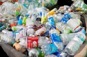 廃プラスチックがそのまま海に捨てられ、海洋汚染が深刻化している=ロイター