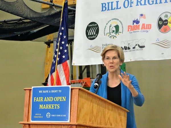 アイオワ州ストームレークでの農業関係者の集会で演説するウォーレン上院議員