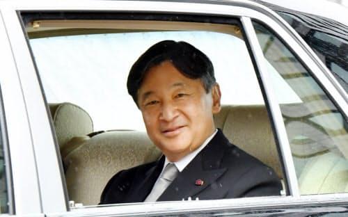 沿道の人たちに笑顔を見せながら皇居に入る皇太子さま(30日午前、皇居・半蔵門)