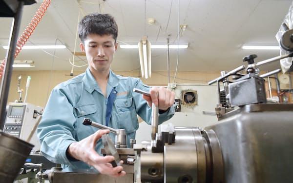 機械部品を製作する吉岡平成さん(京都府京丹後市)