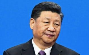 「一帯一路バッジ」を胸に演説する中国の習近平国家主席(4月26日、北京)=共同