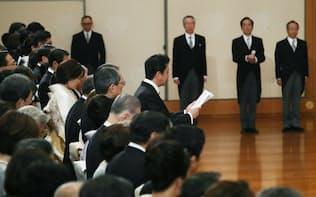 「退位礼正殿の儀」で天皇陛下にあいさつする安倍首相(30日、皇居・宮殿「松の間」)=代表撮影