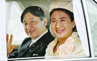 新たに即位した天皇陛下と皇后さまに多くの国民が期待を寄せている(4月、皇居・半蔵門で)
