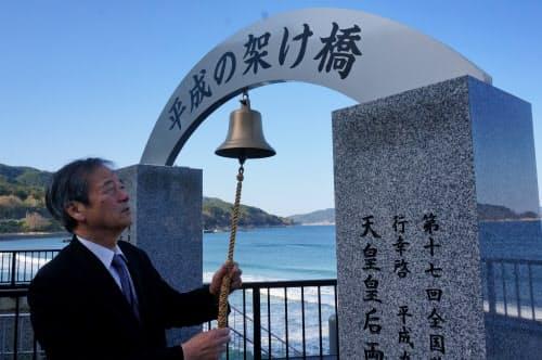 千代川さんは震災犠牲者への鎮魂と上皇ご夫妻への感謝を込めて碑を建てた(29日、岩手県大槌町)