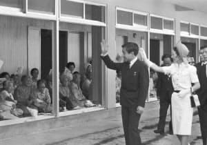 ハンセン病療養所「沖縄愛楽園」を訪れた上皇ご夫妻(1975年7月、沖縄県名護市)=共同