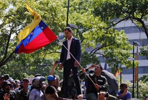 演説するベネズエラ野党指導者のグアイド国会議長(30日、カラカス)=AP