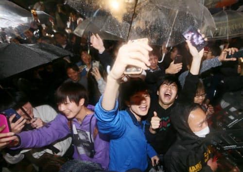 令和改元の瞬間を迎え、渋谷のスクランブル交差点で歓声を上げる人たち(1日未明、東京都渋谷区)