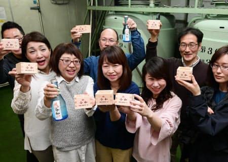 改元後、初めてしぼられた日本酒で乾杯する人たち(1日午前、兵庫県西宮市)