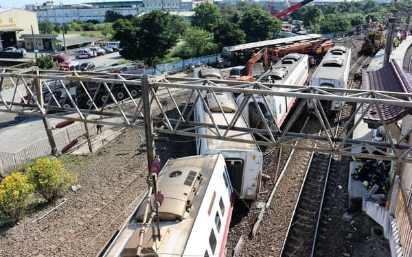 台湾の特急列車の脱線事故現場(18年10月、宜蘭県蘇澳の新馬駅)