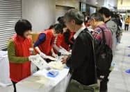 東京メトロ千代田線の二重橋前駅で、天皇陛下即位の記念乗車券を求める人たち(1日午前7時50分ごろ、同社提供)=共同