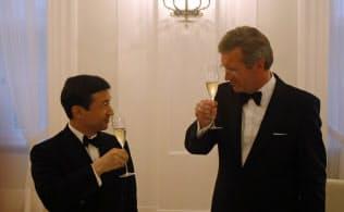 即位される前の2011年にドイツを訪問された天皇陛下と出迎えたウルフ独大統領(右)=ロイター
