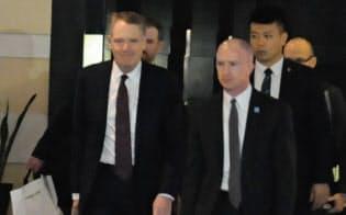 ホテルを出発し協議に向かうUSTRのライトハイザー代表=左=(1日、北京市内)