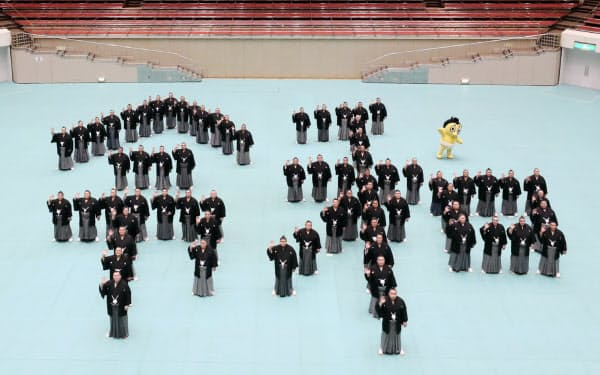 十両以上の関取で形作った「令和」の人文字。「令和も相撲に来てね」と声を合わせた(1日、東京都墨田区の両国国技館)=山本博文撮影