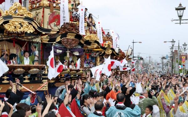天皇陛下の即位を記念して行われた「改元奉祝の集い」で万歳する人たち(1日、埼玉県本庄市)=樋口慧撮影