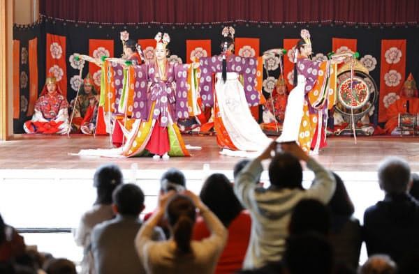 令和初日を迎えた伊勢神宮では、天皇陛下の即位を祝う舞が参拝客に披露された(1日、三重県伊勢市)=上間孝司撮影