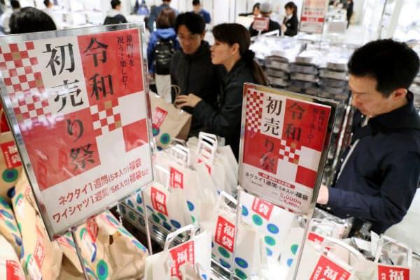 令和初日の初売りで福袋を買い求める人たち(1日、東京都豊島区の西武池袋本店)=樋口慧撮影
