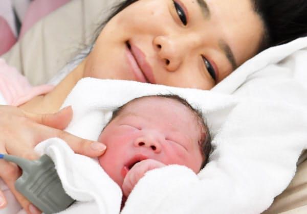 令和元年初日の5月1日に生まれた里中麻衣子さんの赤ちゃん。腕の中ですやすやと眠っていた(1日、東京都新宿区の東京女子医科大病院)=伊藤航撮影