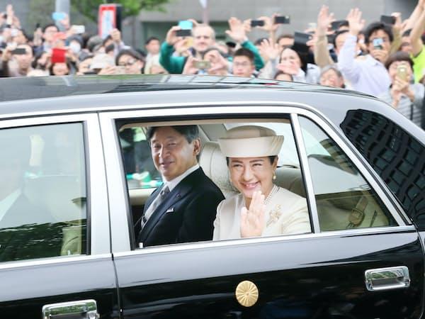 上皇ご夫妻にあいさつするため、皇居に入る天皇、皇后両陛下(1日、皇居・半蔵門)=小高顕撮影