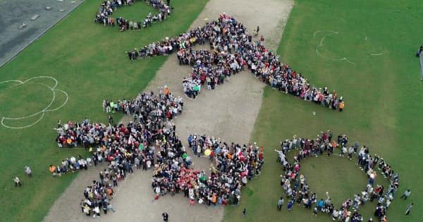市民ら約1500人が集まり、大宰府政庁跡に作られた「令和」の人文字(1日、福岡県太宰府市)=沢井慎也撮影